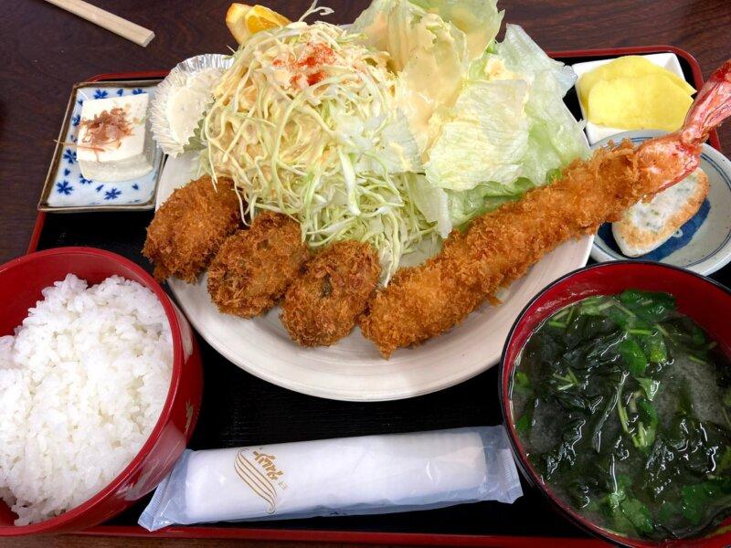 『漁師の海鮮丼』エビフライとカキフライ定食