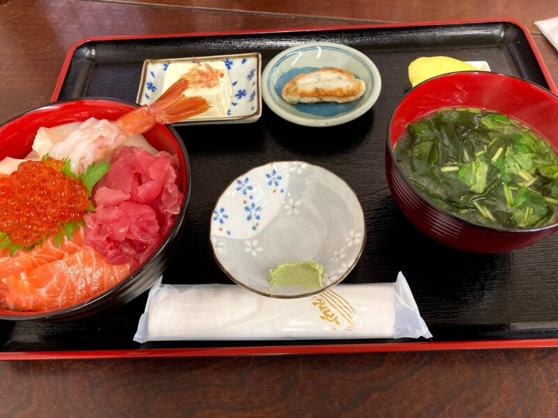 『漁師の海鮮丼』マグロ・サーモン・イクラ・ホタテ・エビの五色丼