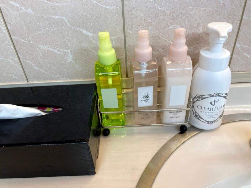 松島温泉ホテル絶景の館脱衣所内洗面所のアメニティ
