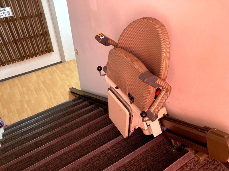 松島温泉ホテル絶景の館階段に設置された階段昇降機