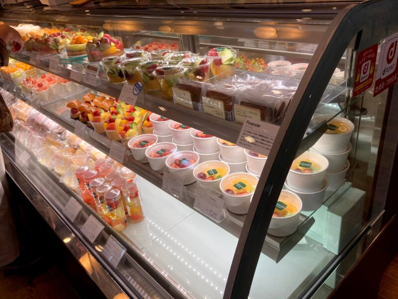 色とりどりのフルーツが鮮やかないたがき本店のケーキのショーケース