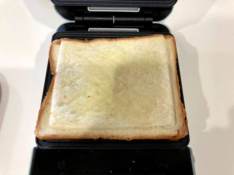 目安の焼き時間2分ではほとんど焼き色がつかなかっためんたい海苔チーズホットサンド