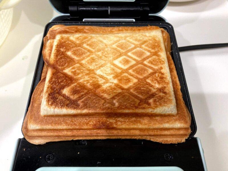 5分間の加熱でこんがり焼けたツナマヨチーズホットサンド