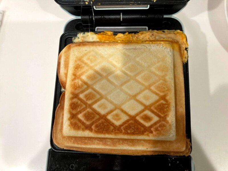 具をモリモリ入れ過ぎてはみ出してしまったベーコンエッグチーズホットサンド