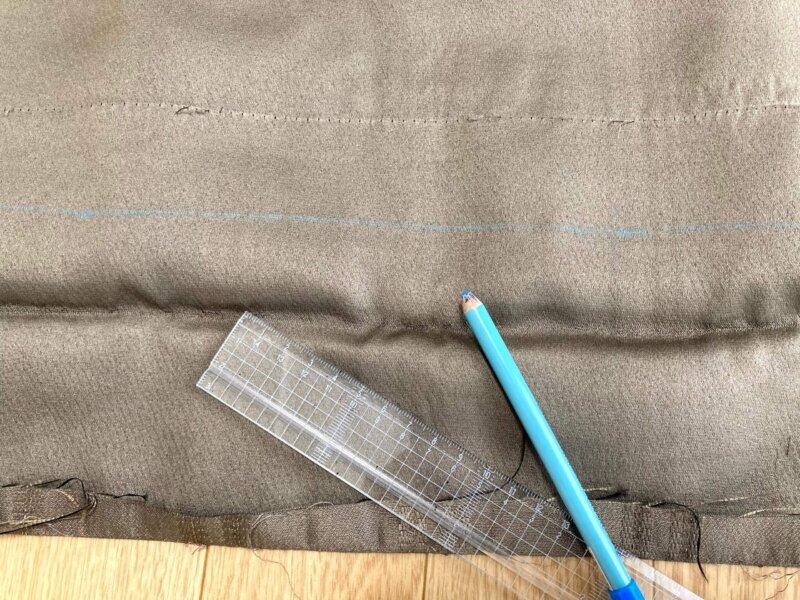 カーテンの長さ調整の為、チャコペンで線を引いたところ