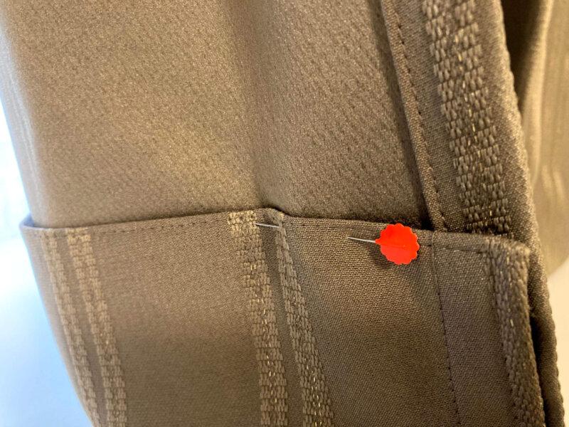 カーテンの裾をまち針で仮留めしたところ