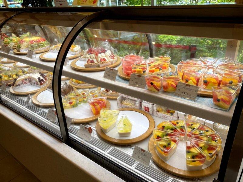 『フルーツピークス仙台富沢店』色とりどりのケーキやタルトが並んだショーケース