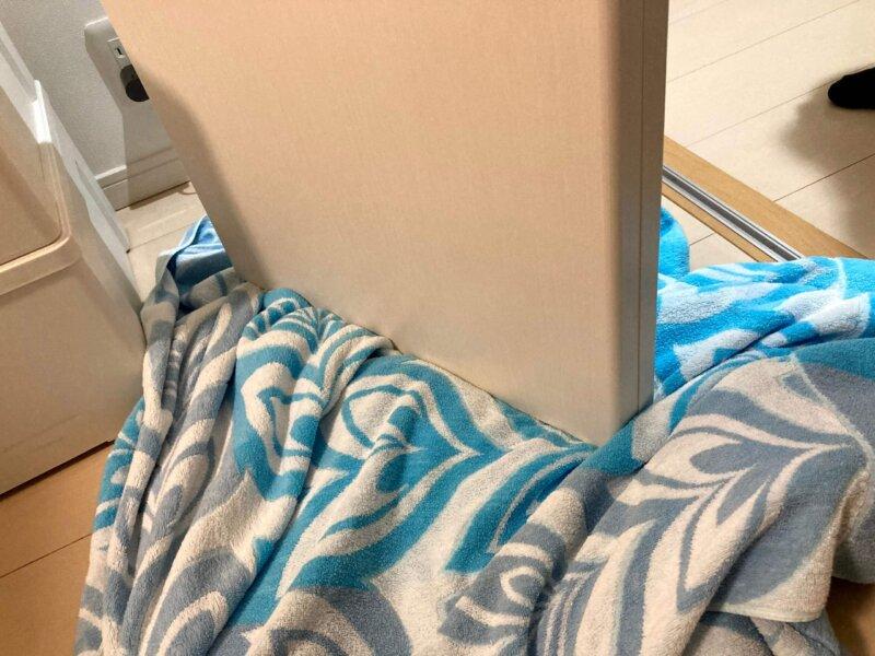 床に傷がつかないようにタオルケットに乗せた寝室クローゼットの折れ戸