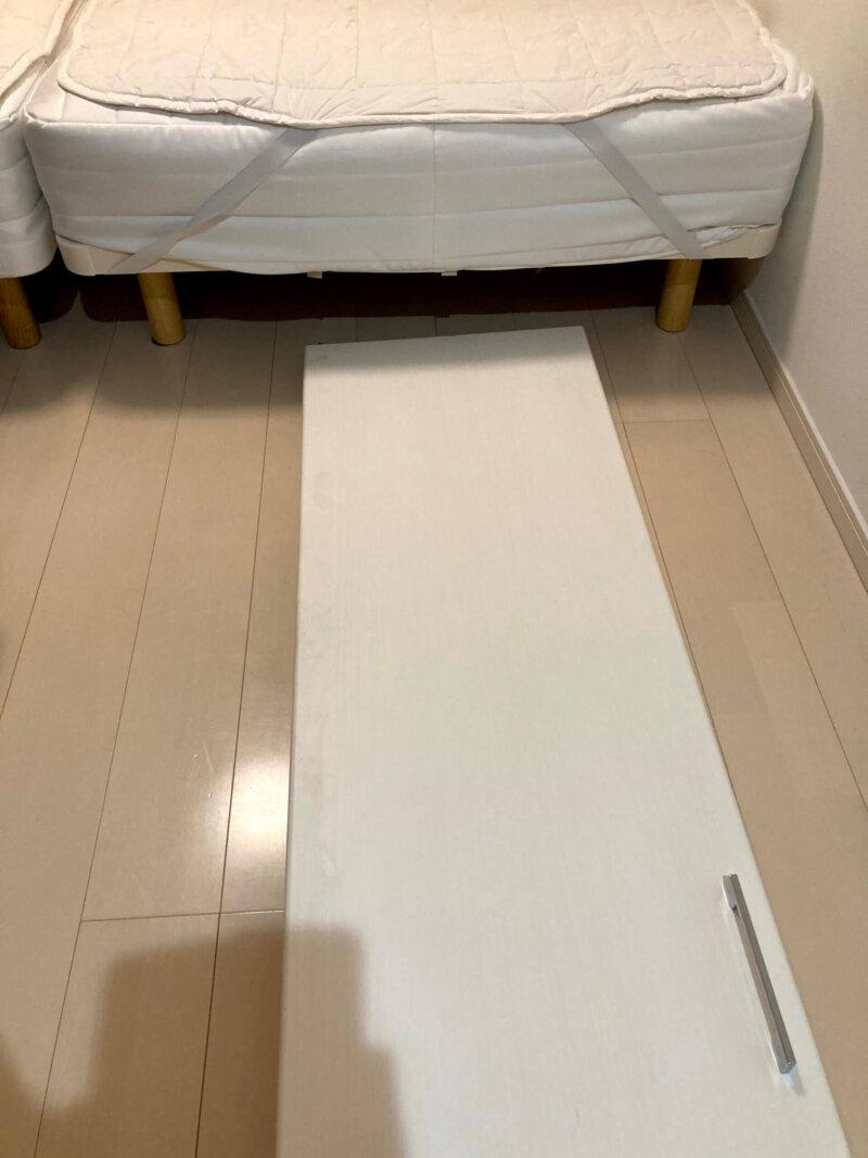 取り外した寝室クローゼットの折れ戸をベッドの下に収納するところ