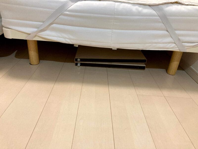サイズもちょうど良くベッドの下に収納された寝室クローゼットの折れ戸