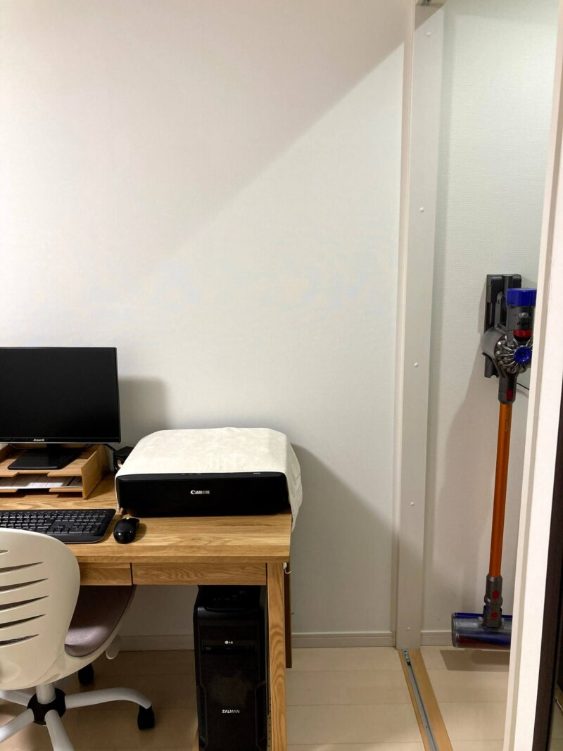 折れ戸を外したことでスペースができ、置けるようになったパソコンデスク