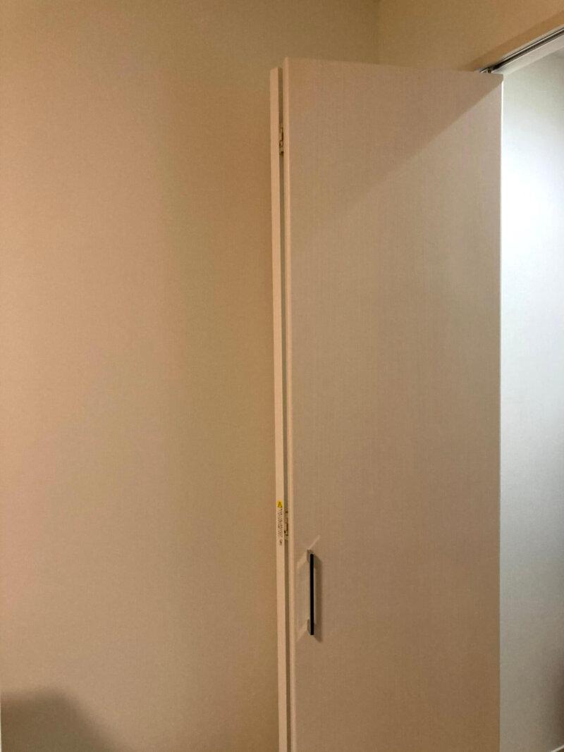寝室クローゼットの折れ戸を開いたところ