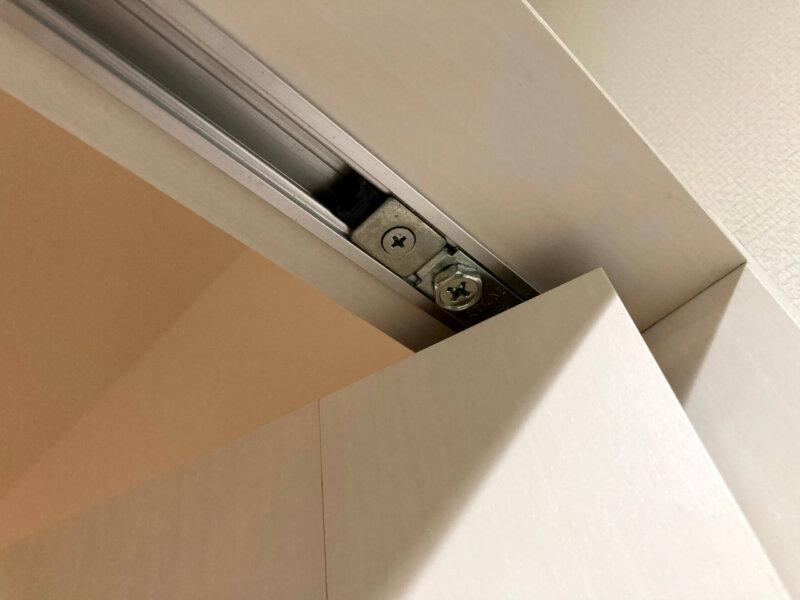 寝室クローゼットの折れ戸のレール部分