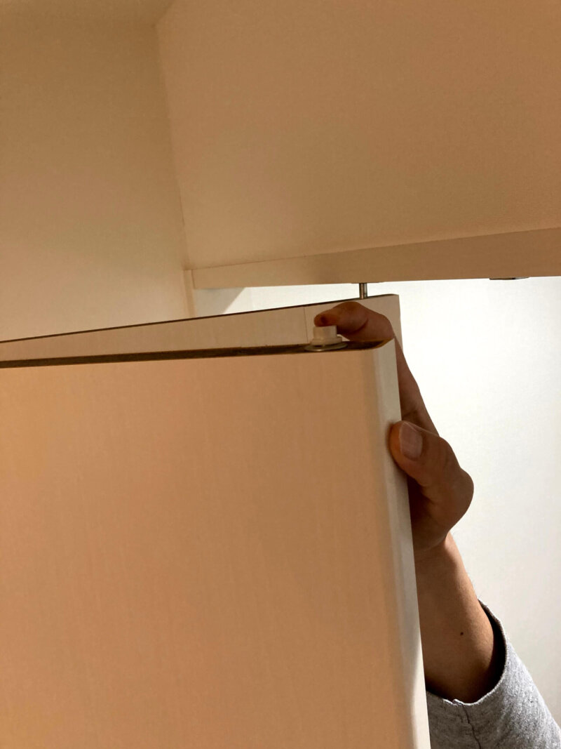 寝室クローゼットの折れ戸についている部品を押してみたところ