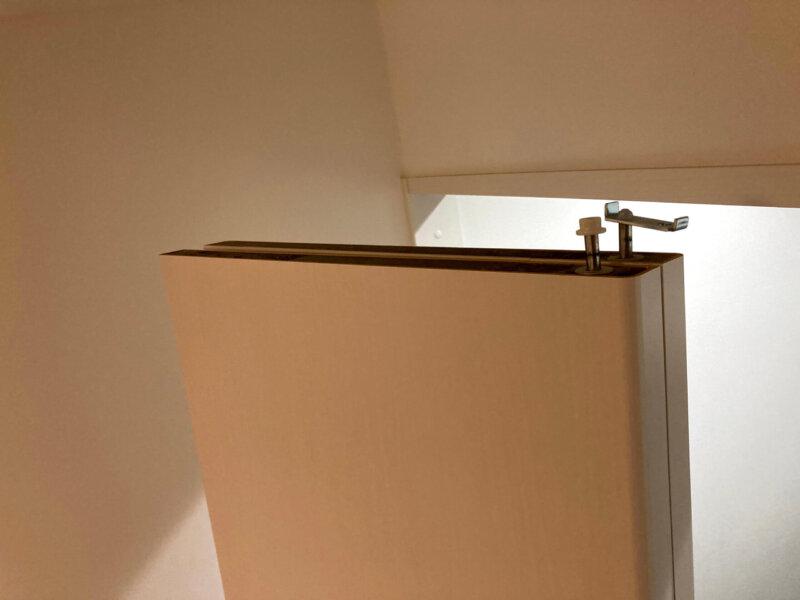 寝室クローゼットの折れ戸の上についている部品