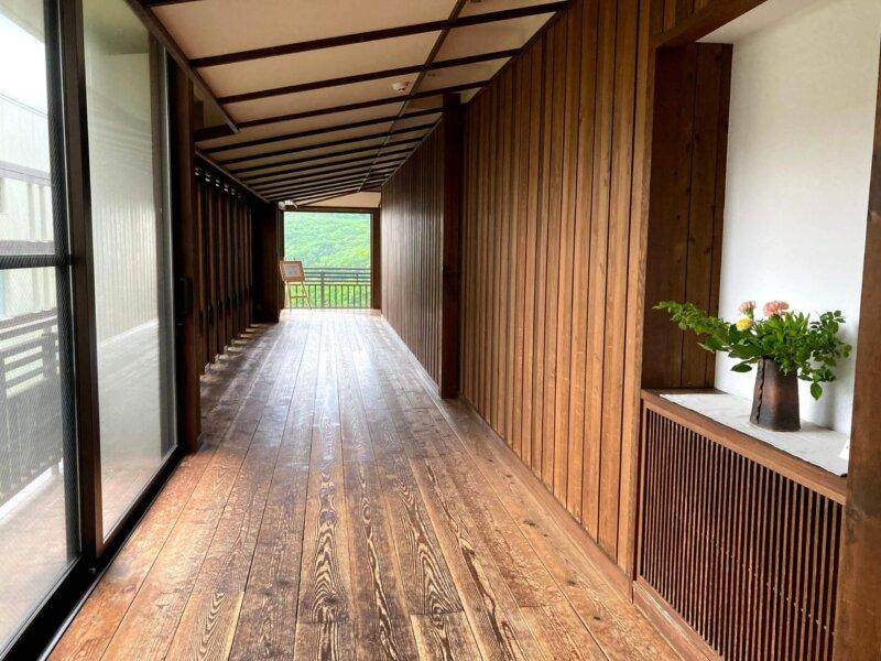 木のぬくもりに包まれた蔵王国際ホテルの温泉へ続く廊下