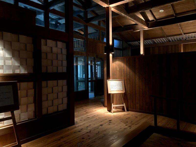 かなり照明が絞られた蔵王国際ホテル女湯の脱衣所内