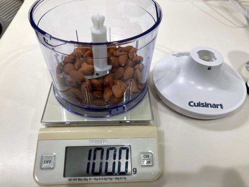 クイジナート スリム&ライト マルチハンドブレンダーHB-502WJのチョッパーにアーモンドを100g入れたところ