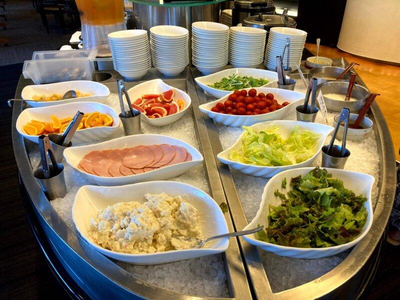 『鳴子ホテル』朝食バイキングのサラダ・フルーツコーナー