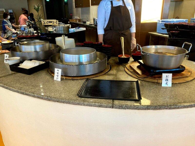 『鳴子ホテル』朝食バイキングの味噌汁・お雑煮・朝粥コーナー