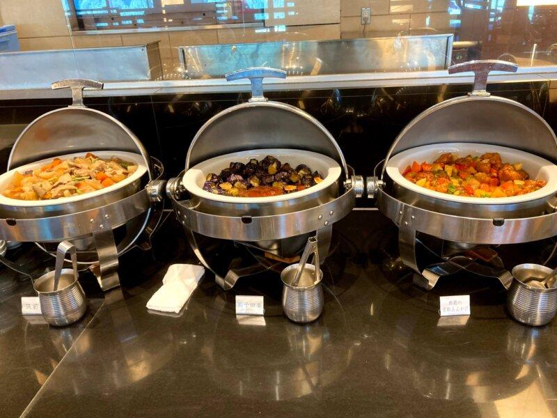 『鳴子ホテル』朝食バイキングの筑前煮・茄子田楽・酢鶏の甘酢あんかけ