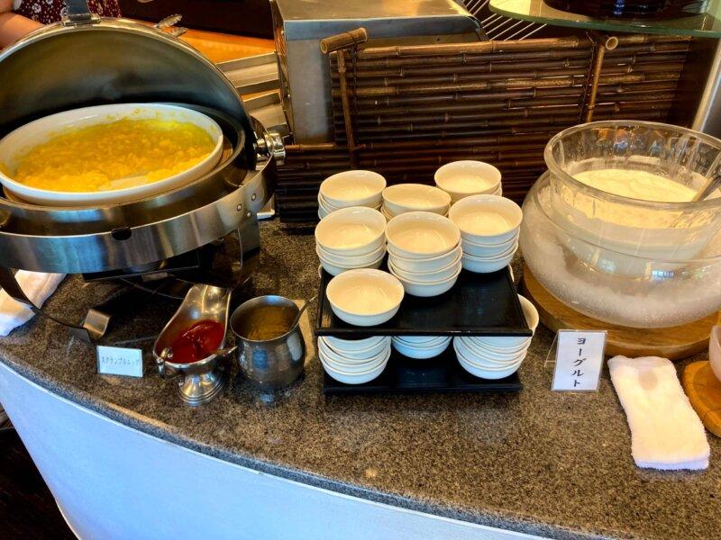 『鳴子ホテル』朝食バイキングのスクランブルエッグとヨーグルト