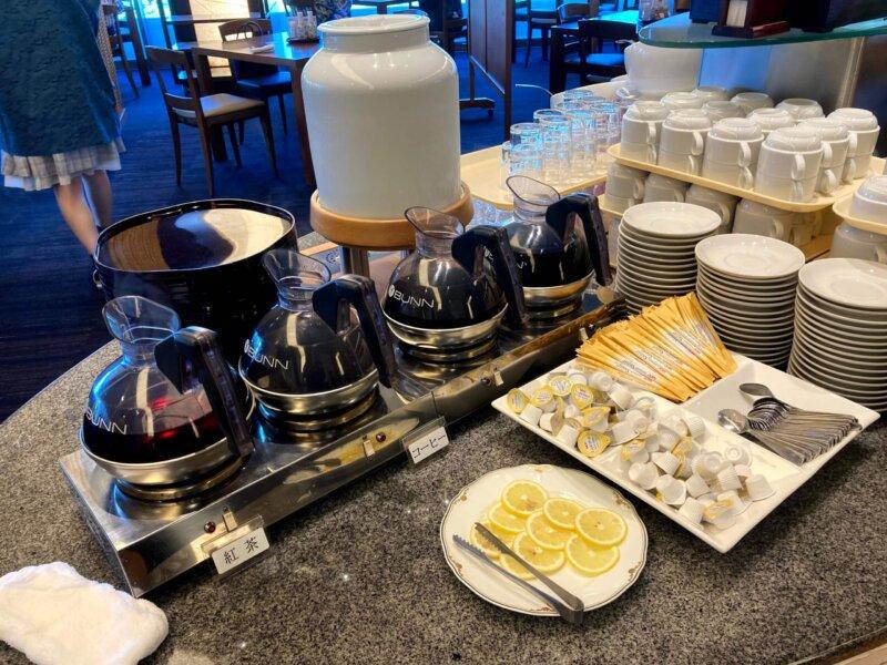 『鳴子ホテル』朝食バイキングのコーヒー・紅茶・牛乳コーナー