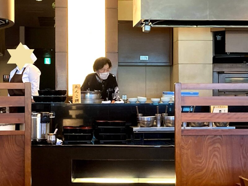 『鳴子ホテル』朝食バイキングで自らあんころもちを提供する大女将