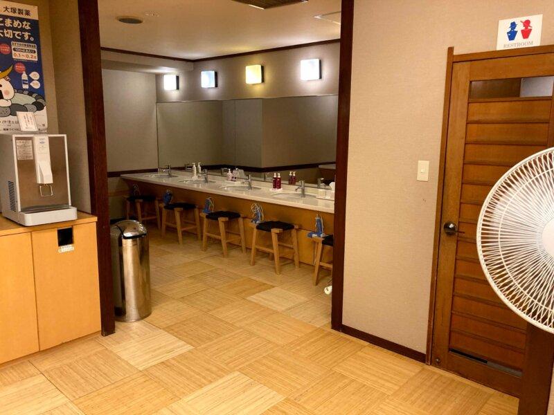 『鳴子ホテル』芭蕉の湯の洗面スペース