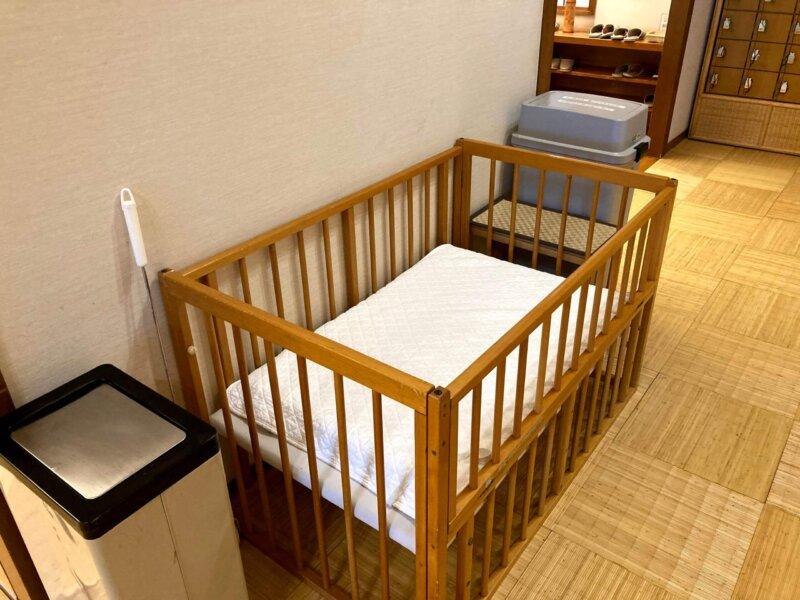 『鳴子ホテル』玉の湯の脱衣所に置かれたベビーベッド