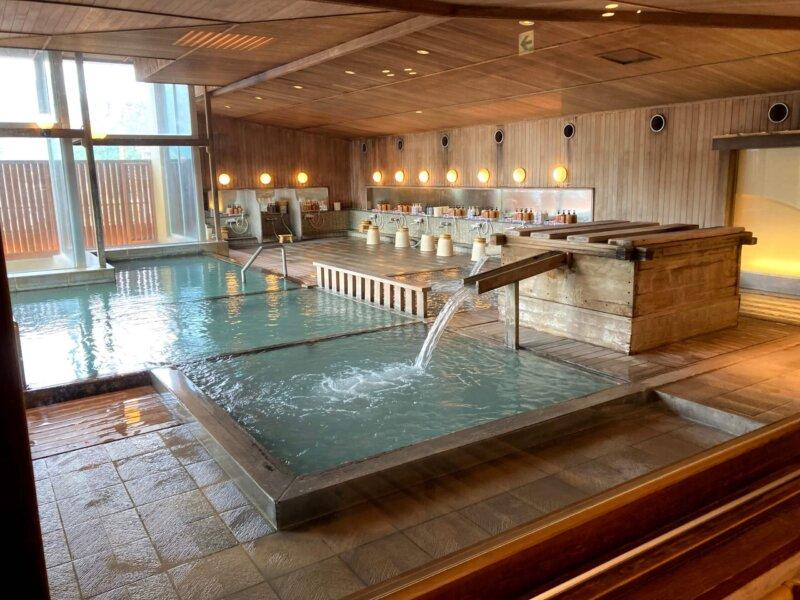 『鳴子ホテル』玉の湯 木のぬくもりに包まれた開放感あふれる内湯