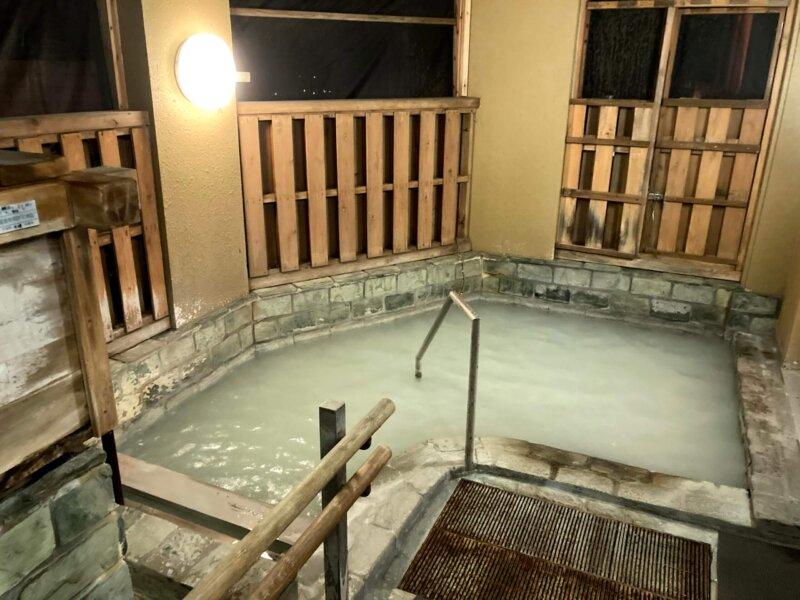 『鳴子ホテル』玉の湯 あまり開放感のない露天風呂