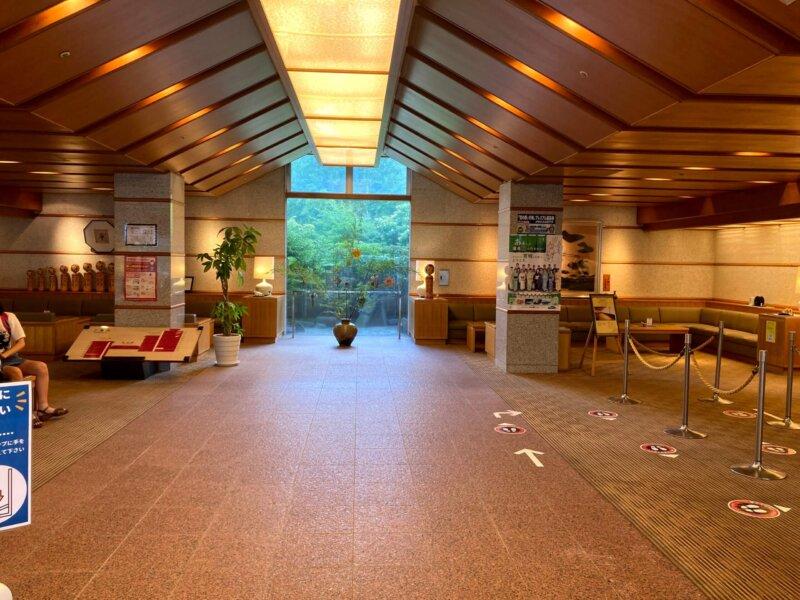 落ち着いた雰囲気の『鳴子ホテル』ロビー