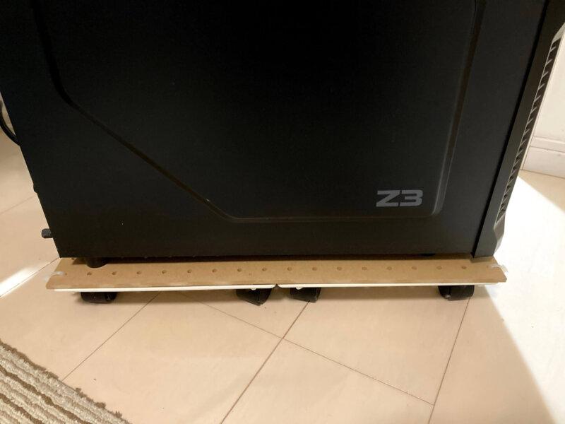 セリアのパンチングボードに乗せることで安定感が増したパソコン