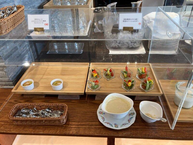 仙台ロイヤルパークホテルの『オールデイダイニングシェフズテラス』デリビュッフェのバーニャカウダと枝豆ムース